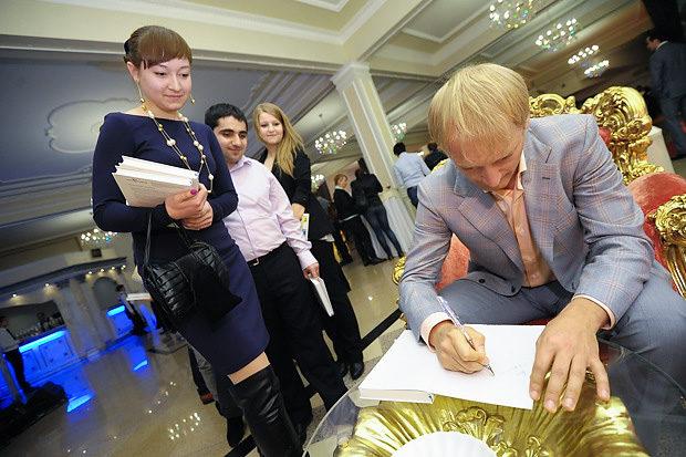 Дмитрий Хотимский подписывает свою книгу