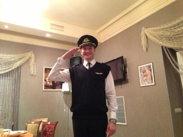 Ведущий в образе капитана авиалайнера
