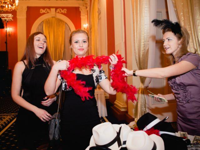Екатерина Акимова участвует в раздаче реквизита