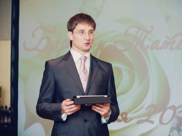 Ведущий на свадьбе в зале Давос