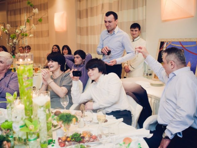 Гости на свадьбе в зале Давос