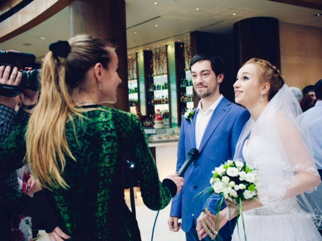 Журналисты ТВЦ берут интервью про Эко свадьбу
