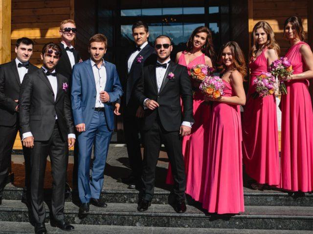 Молодожёны с друзьями на свадьбе в Артиленд