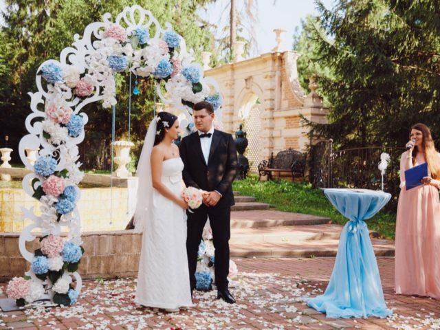 Молодожёны в зоне регистрации брака