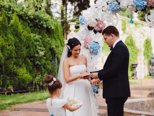 Обмен кольцами на выездной церемонии бракосочетания