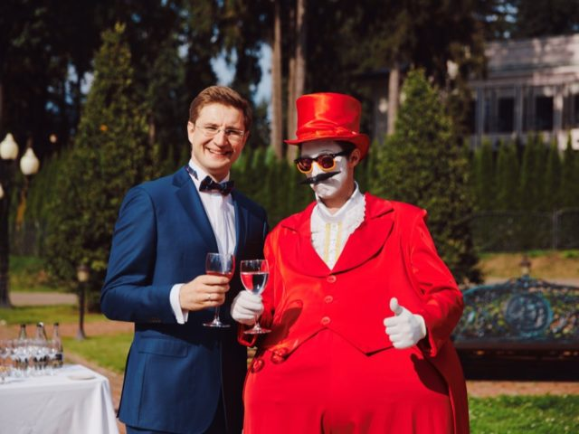 Роман Акимов с мимом на сборе гостей
