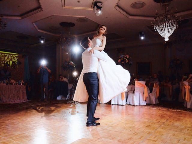 Танец молодожёнов в отеле Украина