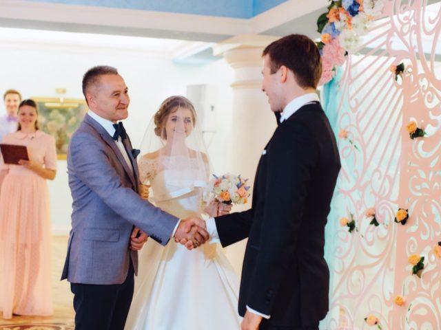 Папа передаёт невесту жениху