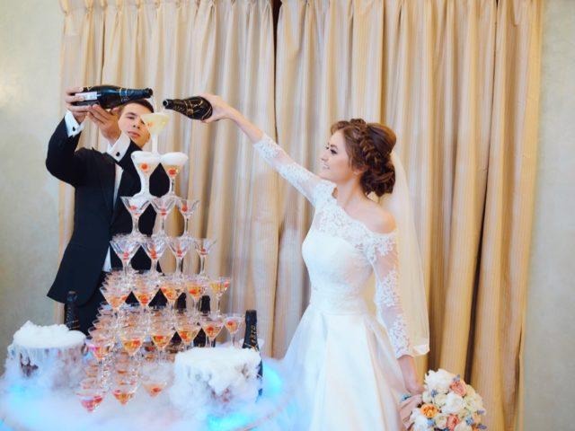 Пирамида из фужеров на свадьбе