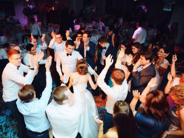Танцевальный сет в бальном зале отеля