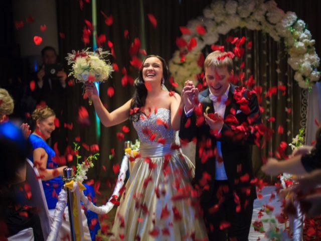 Лепестки роз на церемонии бракосочетания