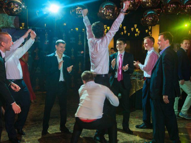 Розыгрыш подвязки на свадьбе