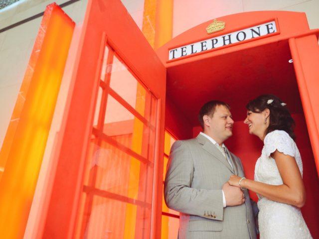 Телефонная будка как фотозона на свадьбе