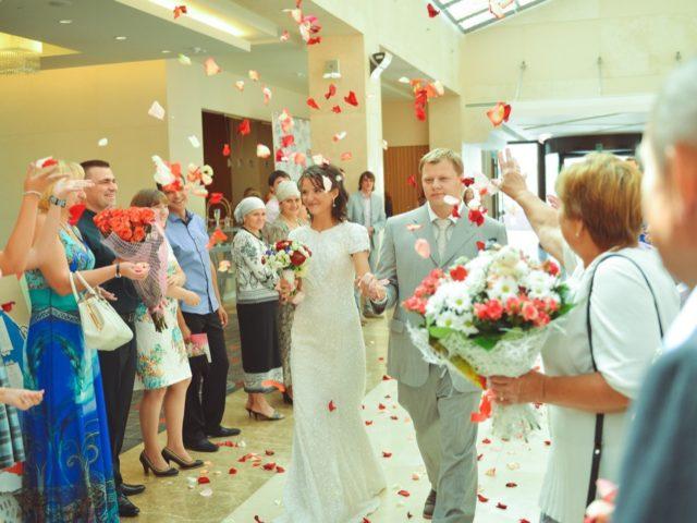 Встреча молодожёнов с лепестками роз