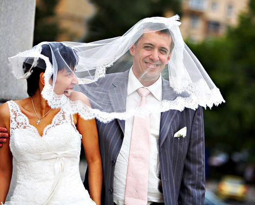 Молодожёны на свадьбе. Самая красивая дата века