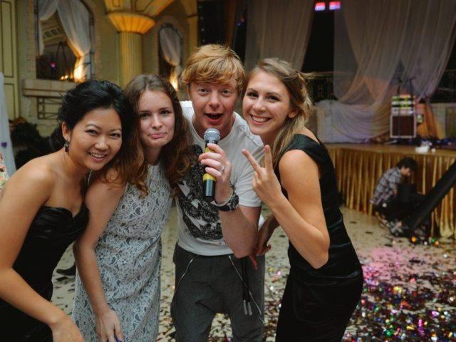 Андрей Иванушка с гостями свадьбы в Немчиновке