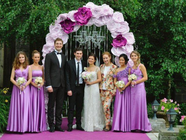 С подружками невесты и молодожёнами в фотозоне
