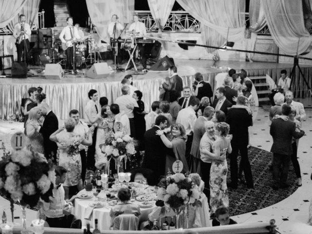 Гости танцуют под Сюткин-бэнд