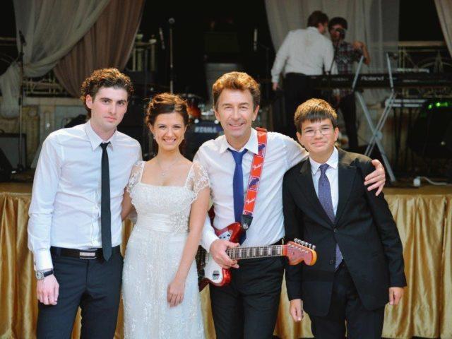 Валерий Сюткин и молодожёны