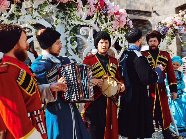Национальный ансамбль на свадьбе