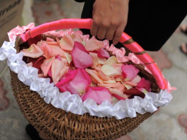 Корзинка с лепестками роз у распорядителя
