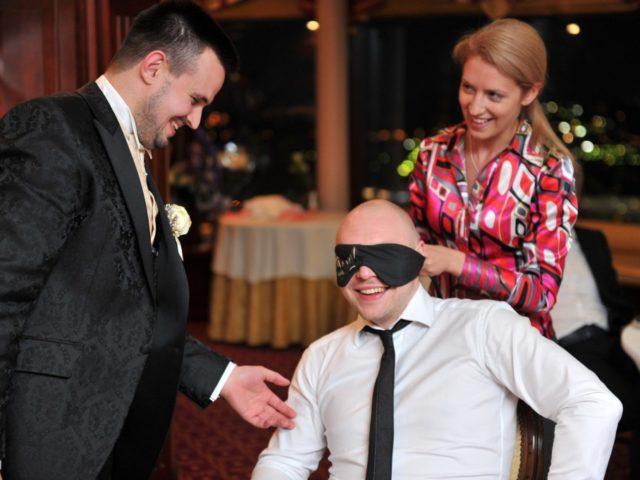Свадебный организатор ассистирует в программе