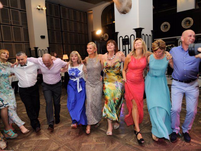 Танцующие гости на Юбилее 50 лет