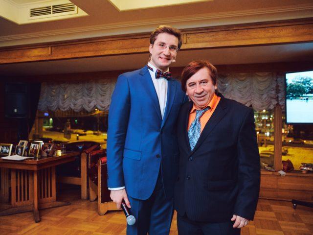Ведущий Юбилея Роман Акимов и Лёна Голубков (реклама МММ)