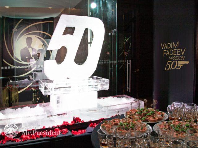 Ледяные буквы на юбилее в стиле бондиады