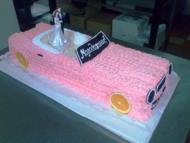 Торт в виде автомобиля