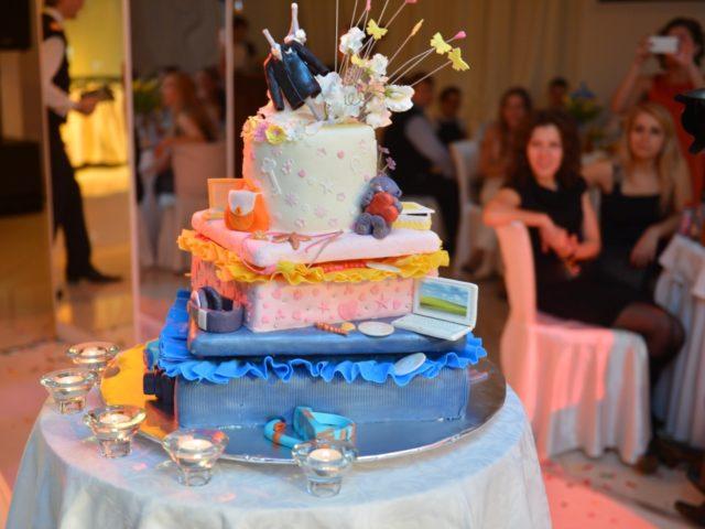 Торт на свадьбе в стиле путешествия