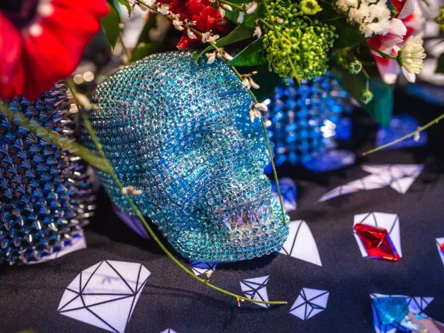 Черепа со стразами в свадебном декоре