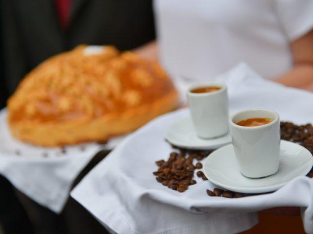 Встреча молодожёнов с кофе