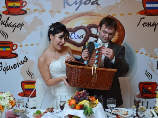 Жених и невеста принимают подарки