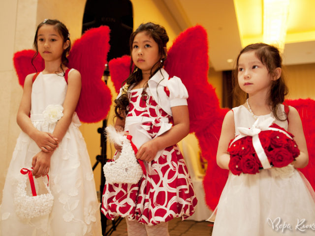 Дети ангелочки с красными крыльями