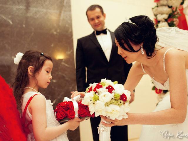 Невеста принимает кольцо от ангелочка