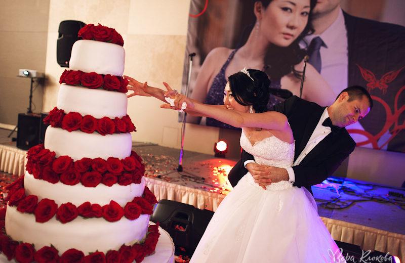 Огромный торт на Красной свадьбе