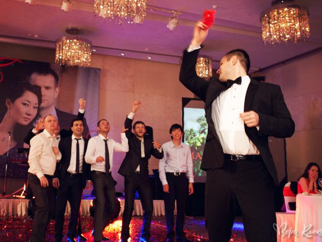 Полёт красной подвязки невесты