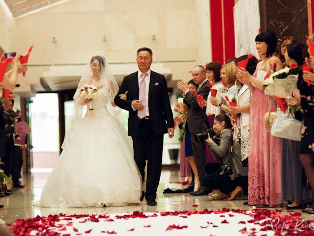Пояление невесты с папой на церемонии