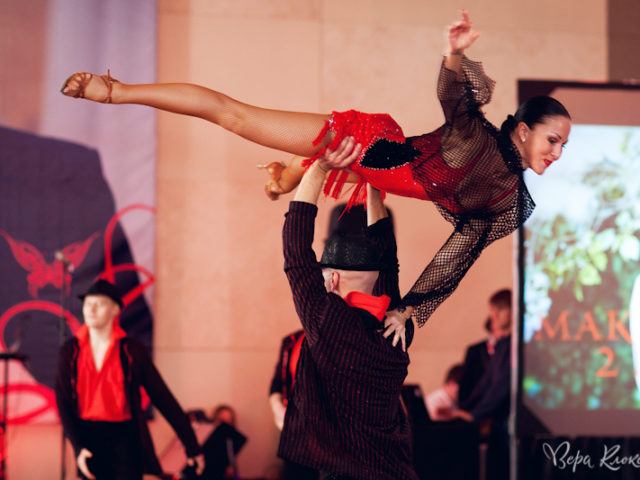Шоу балет в красных тонах
