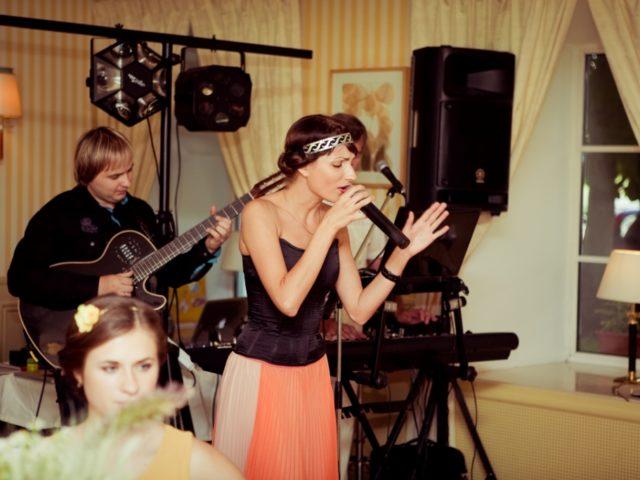 Выступление музыкальной группы на свадьбе