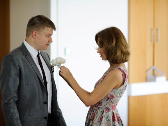 Организатор свадьбы помогает жениху