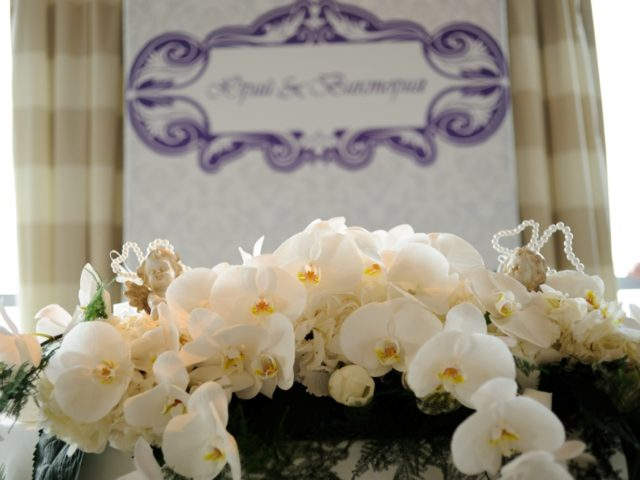 Белые орхидеи в президиуме молодожёнов