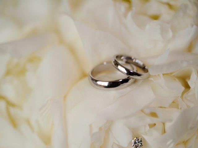 Белые пионы и свадебные кольца от Тиффани