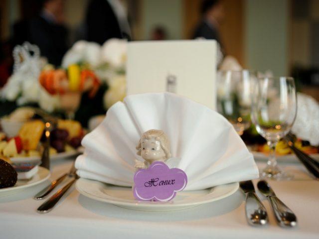 Рассадочные карточки на белой свадьбе