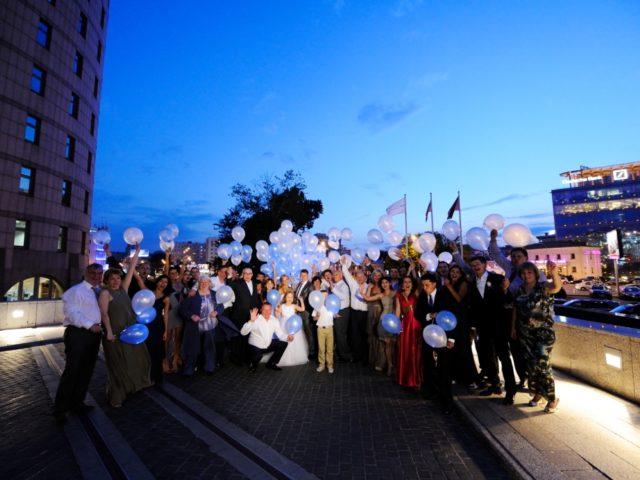 Запуск шаров со светодиодами на свадьбе у Свиссотеля
