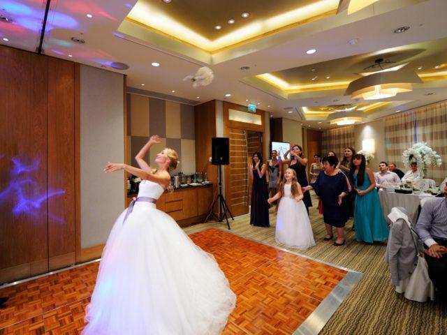 Полёт букета невесты в зале Давос Swissotel Красные Холмы