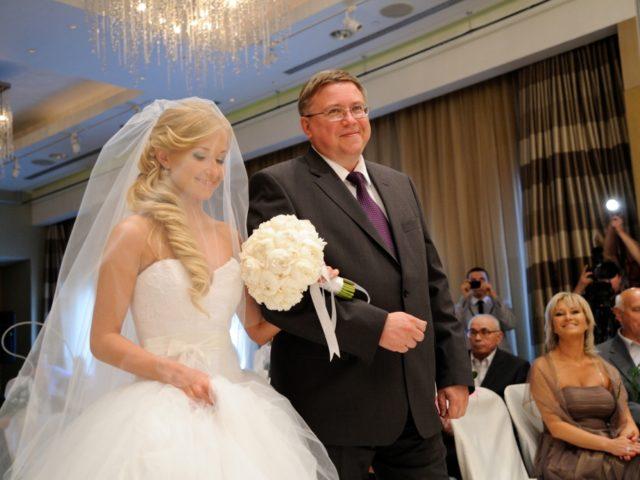 Появление невесты в платье от Веры Вонг с папой