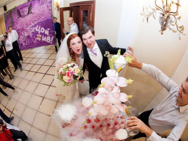 Пирамида из фужеров на рок свадьбе