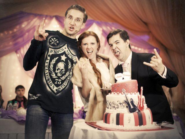 Ведущий Роман Акимов и молодожёны на рок свадьбе